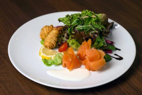 Essen und Trinken im Aqua Salza - Salat Lachs